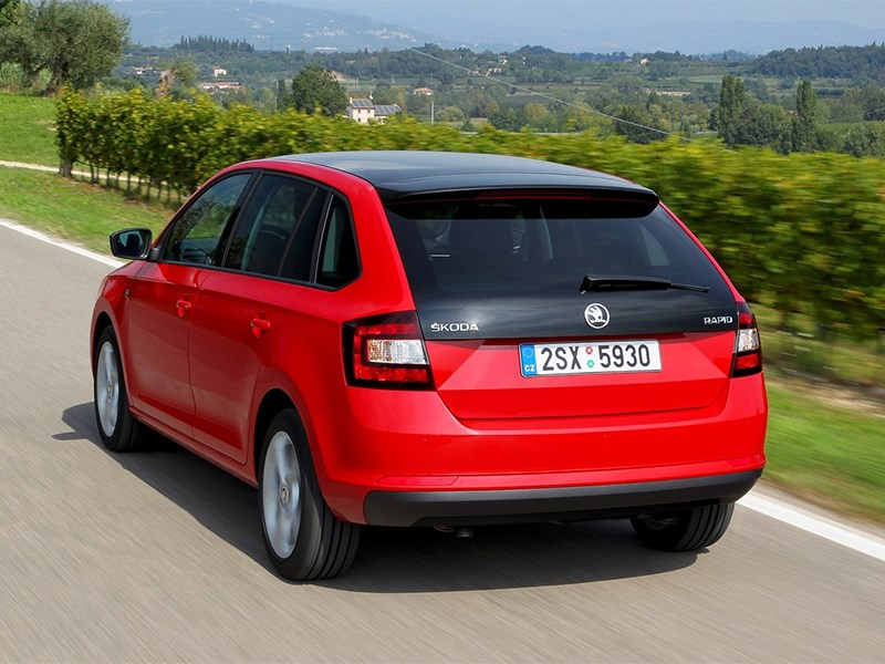 Skoda Rapid Spaceback 2014 вид сзади