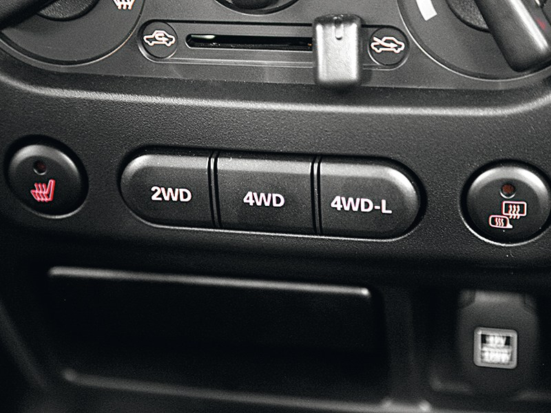 Suzuki Jimny 2013 кнопки переключения привода