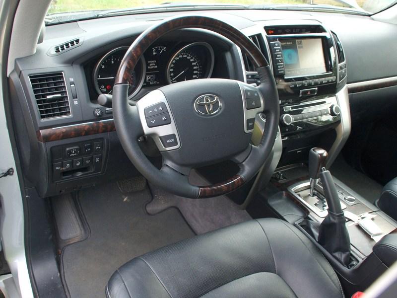 Toyota Land Cruiser 200 2012 водительское место