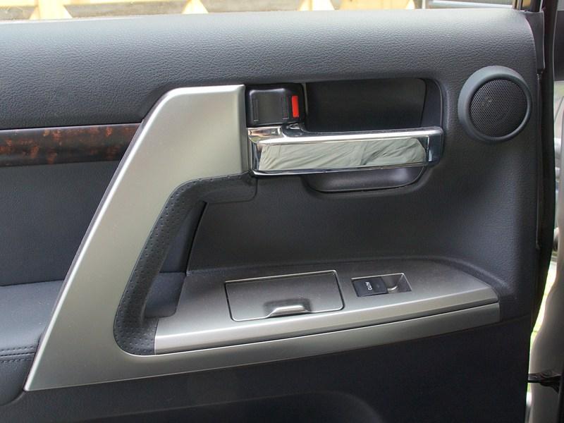 Toyota Land Cruiser 200 2012 дверные ручки