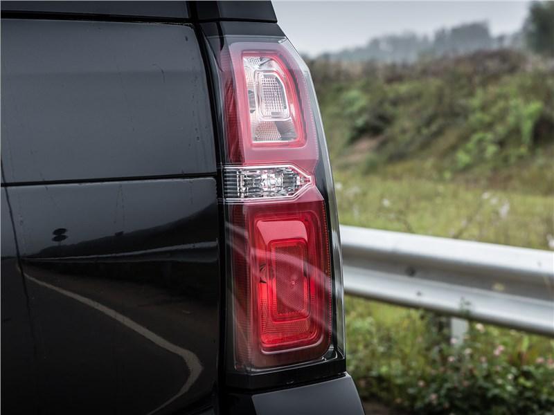 Chevrolet Tahoe 2015 задний фонарь