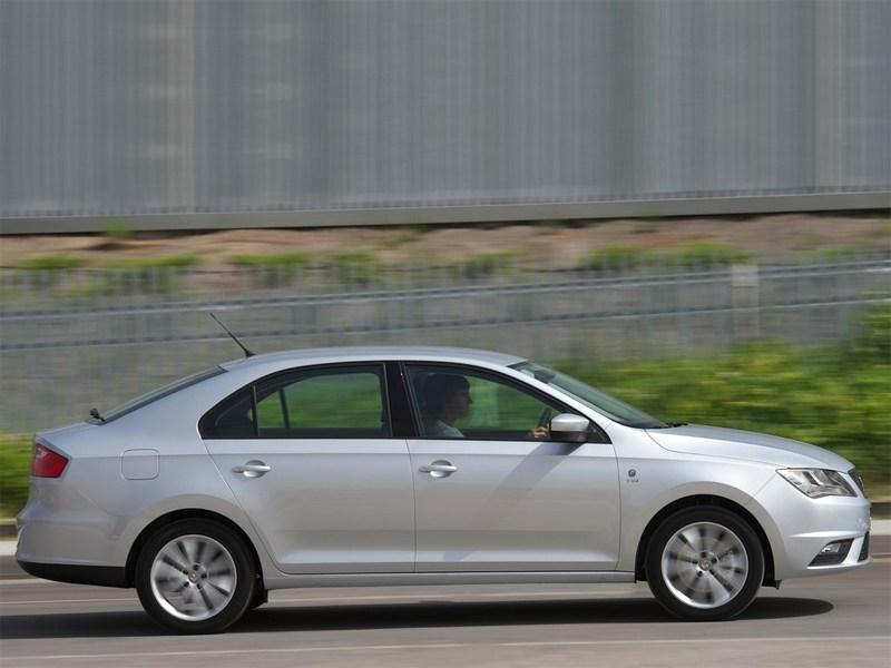SEAT Toledo IV 2013 вид сбоку