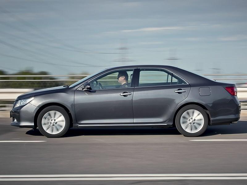 Toyota Camry 2013 вид сбоку