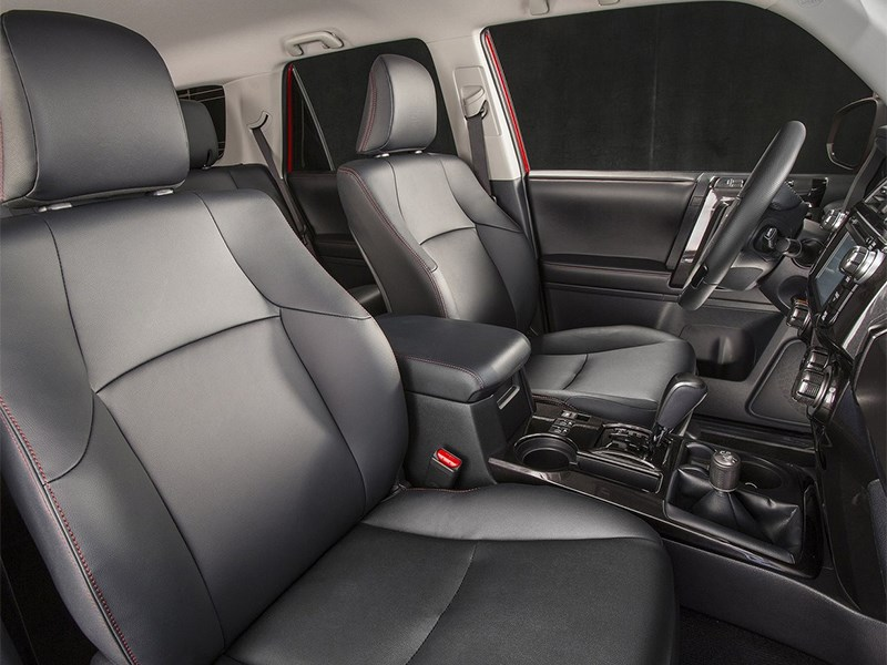 Toyota 4Runner 2013 передние кресла