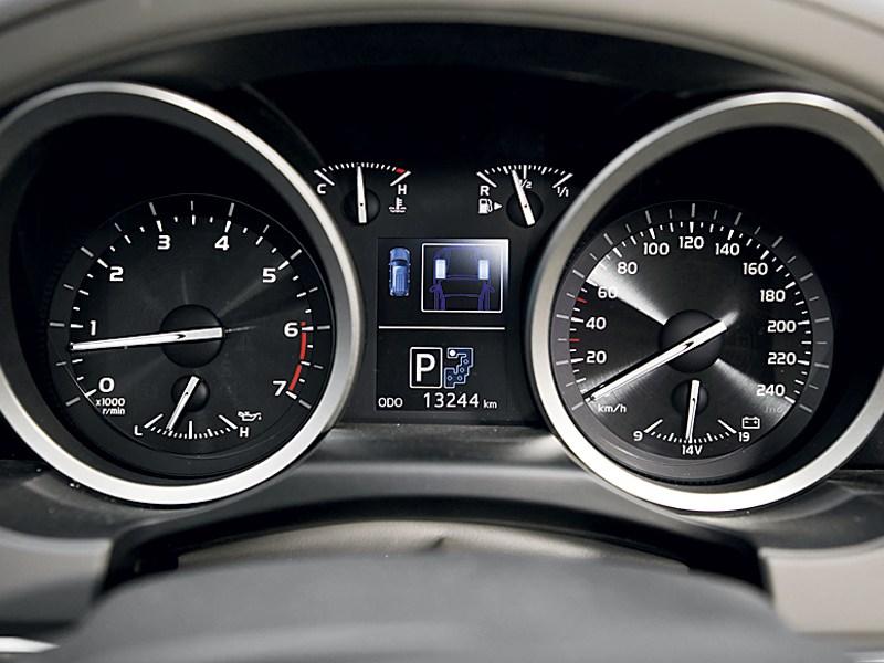 Toyota Land Cruiser 2012 приборная панель
