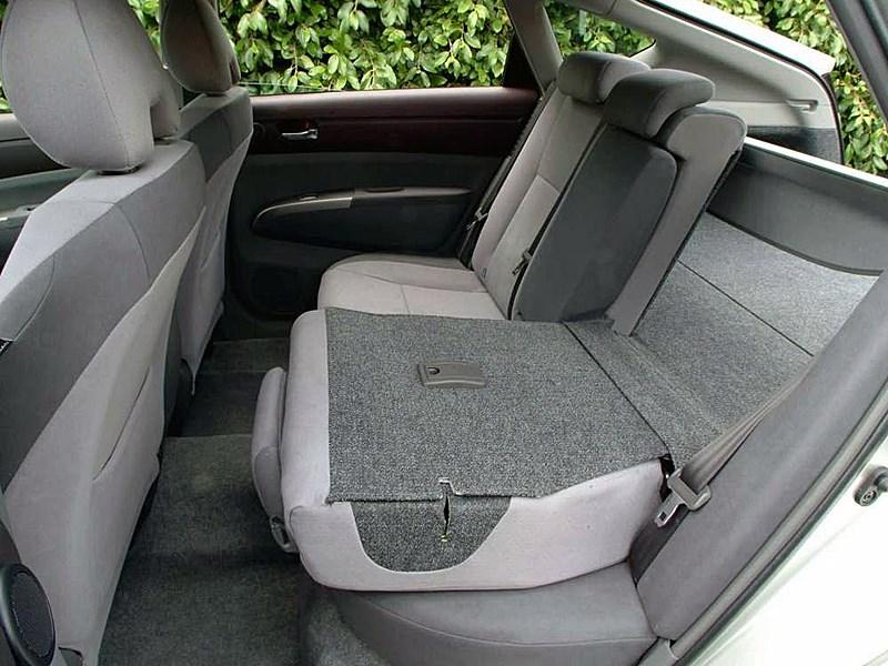 Toyota Prius 2006 второе поколение автомобиля задний ряд сидений