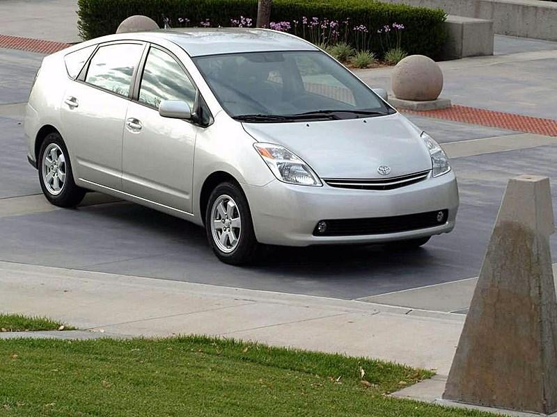Toyota Prius 2006 второе поколение автомобиля вид справа спереди