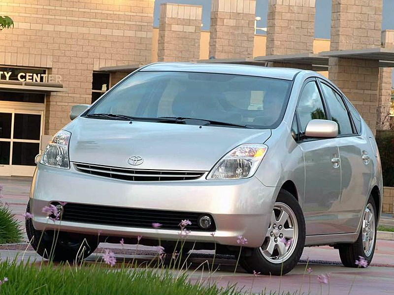 Toyota Prius 2006 второе поколение автомобиля вид слева спереди