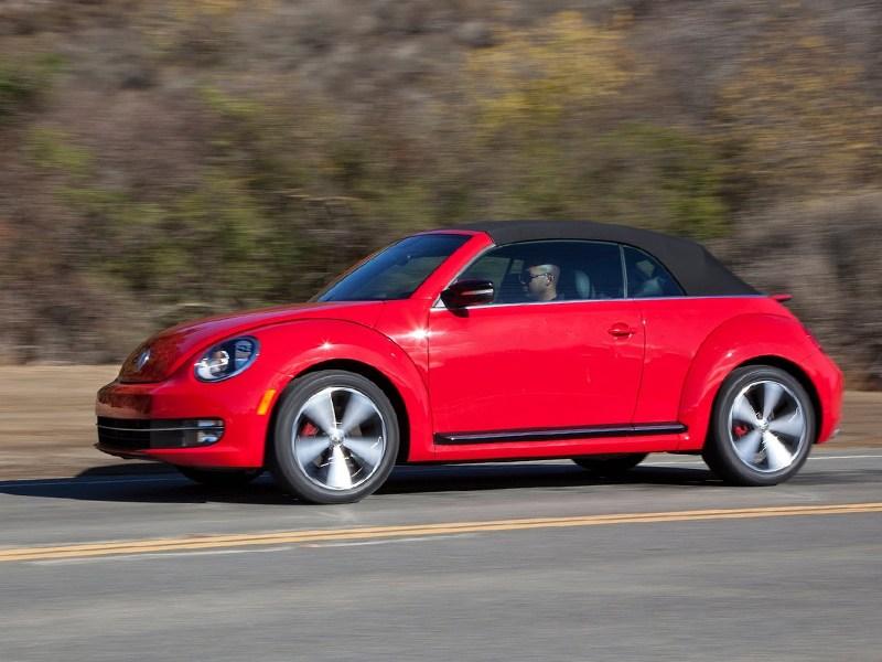 Volkswagen Beetle Convertible 2013 вид сбоку