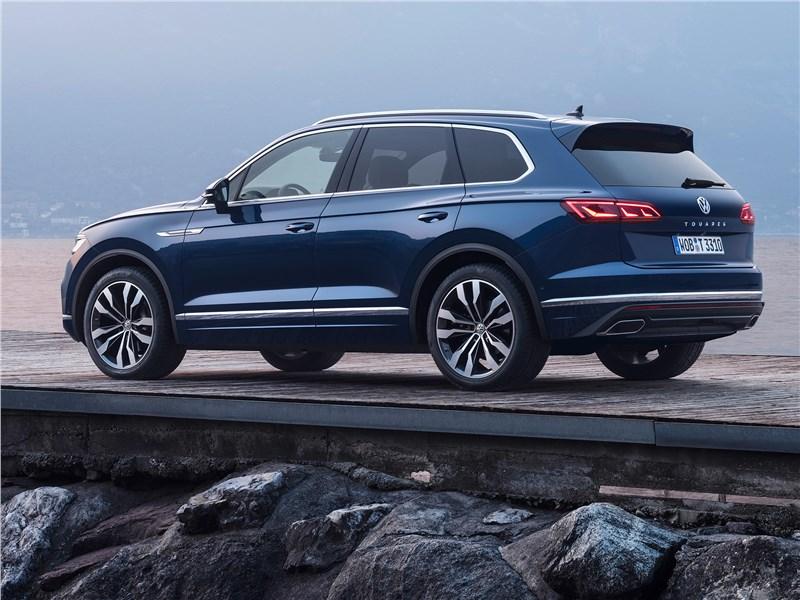 Volkswagen Touareg 2019 вид сбоку сзади