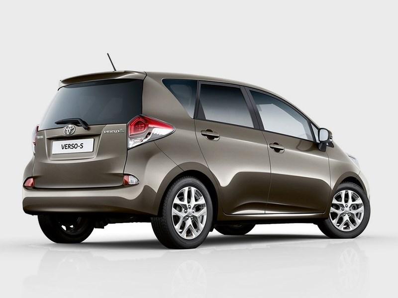 Toyota Verso-S 2015 вид сбоку сзади