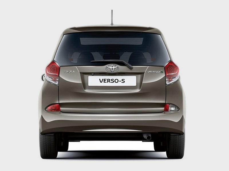 Toyota Verso-S 2015 вид сзади