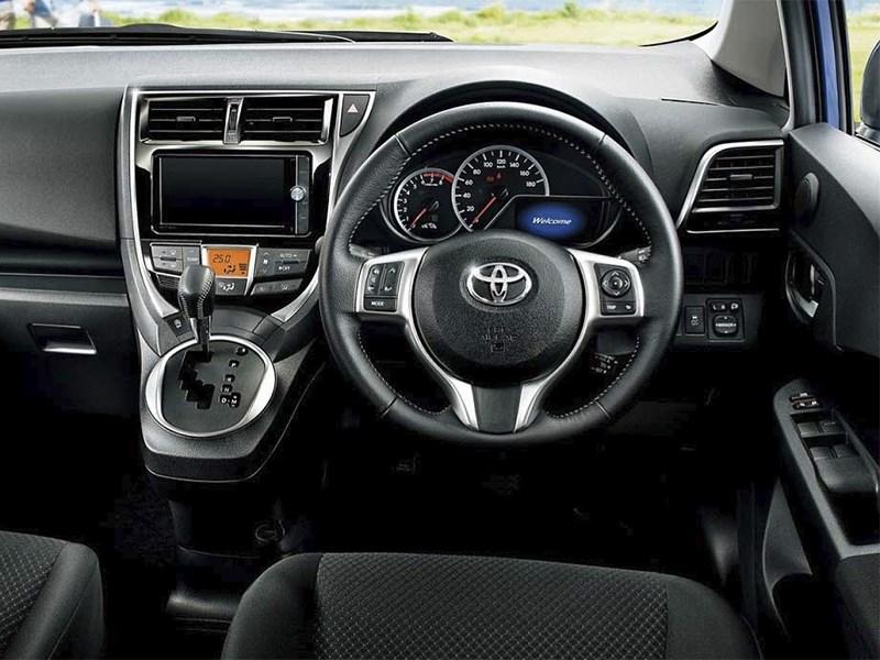 Toyota Verso-S 2015 водительское место