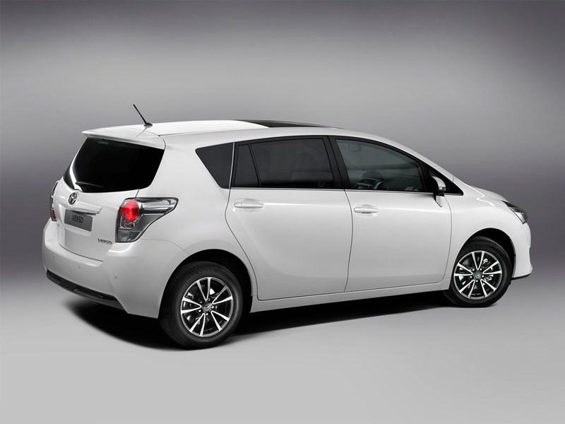 Toyota Verso 2013 вид сзади