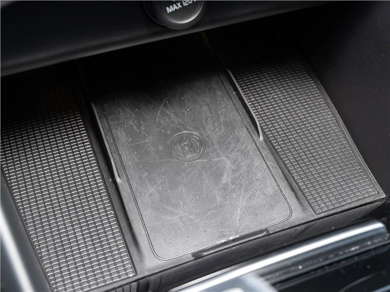 Volvo XC40 2018 площадка для беспроводной зарядки