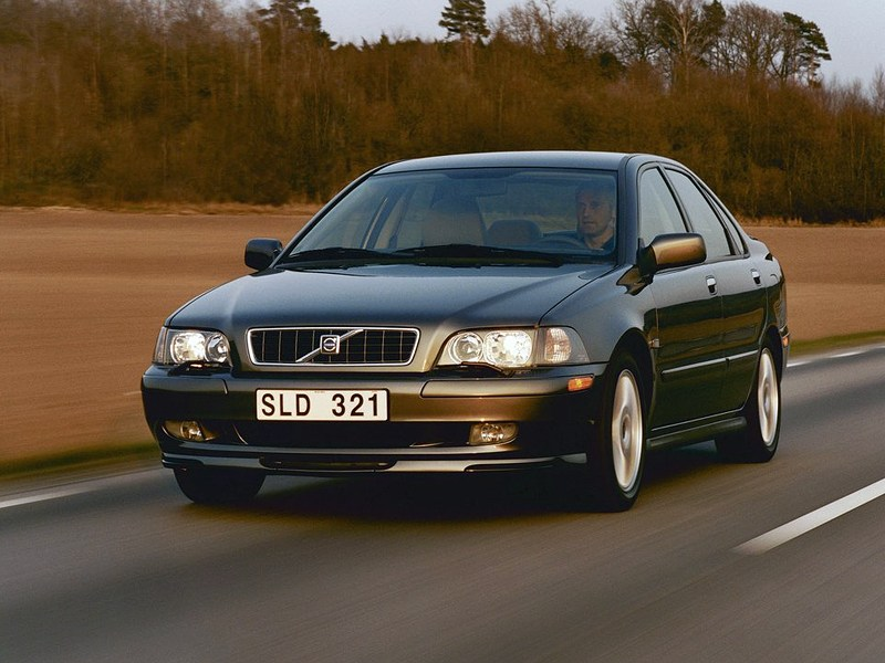 Volvo S40 2000 вид слева спереди в динамике