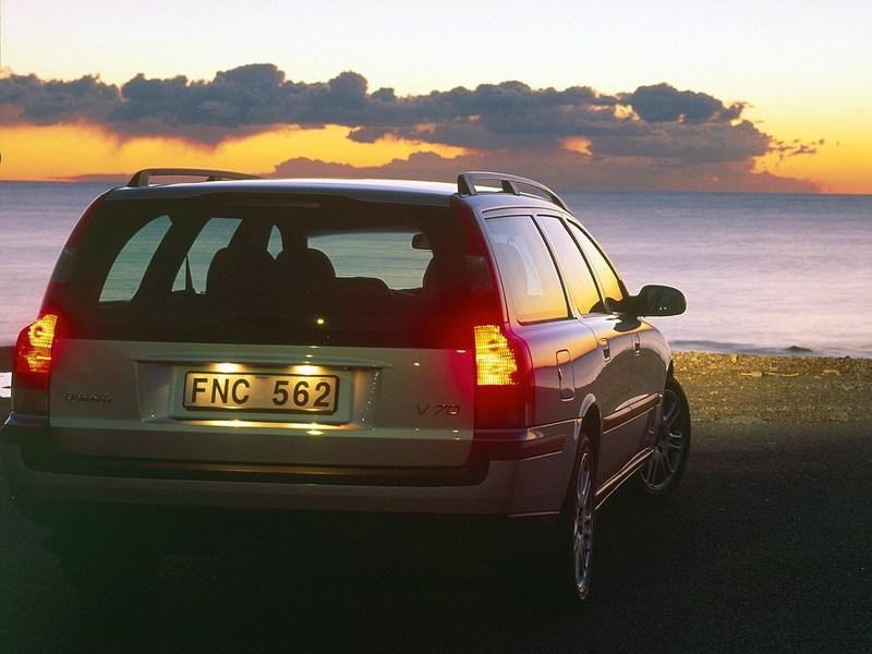 Volvo V70 2001 имеет характерные вертикальные задние фонари
