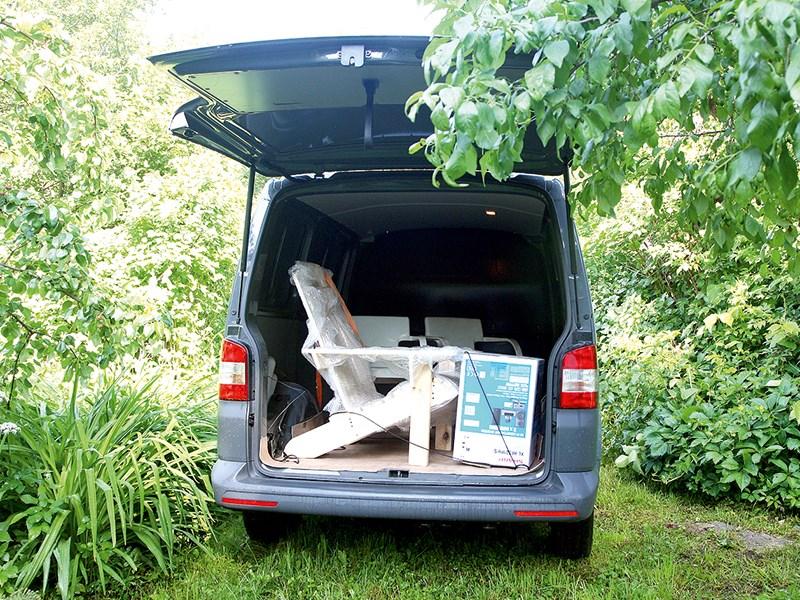 Volkswagen Transporter T5 2009 вид сзади в лесу