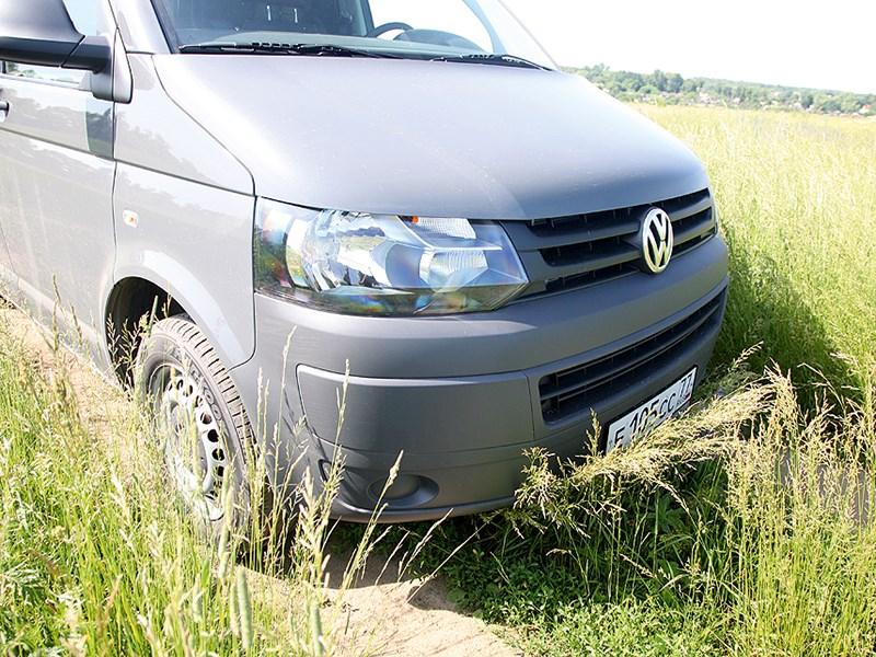 Volkswagen Transporter T5 2009 вид спереди в поле