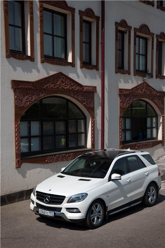 Mercedes-Benz ML 500 2012 вид спереди три четверти город
