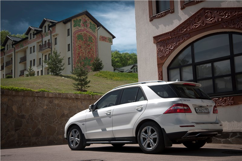 Mercedes-Benz ML 500 2012 вид сзади три четверти город