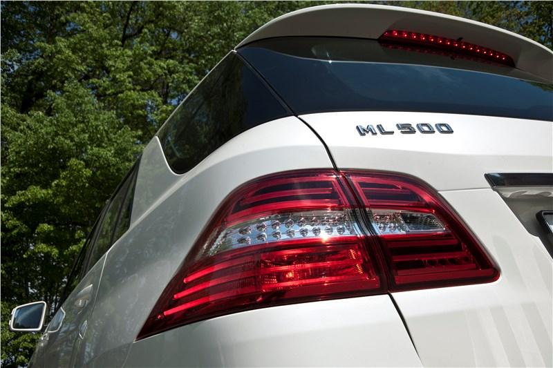Mercedes-Benz ML 500 2012 имеет спойлер на двери багажника