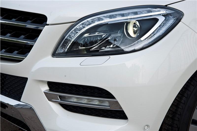 Mercedes-Benz ML 500 2012 имеет фары со светодиодными секциями и дневные ходовые огни