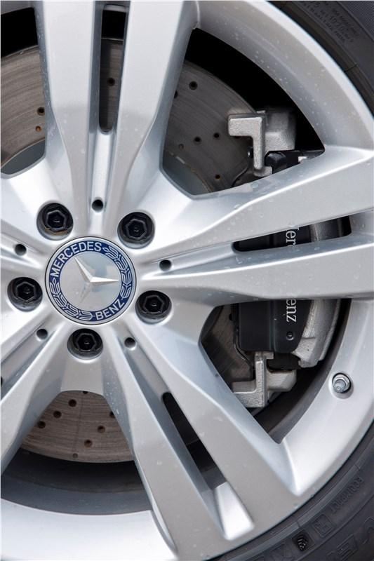 Mercedes-Benz ML 500 2012 имеет мощные тормозные механизмы с перфорированными дисками