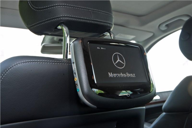 На Mercedes-Benz ML 500 2012 могут устанавливаться DVD-мониторы для задних пассажиров