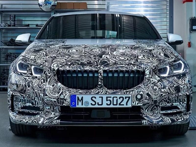 Переднеприводную BMW 1 серии показали почти без камуфляжа