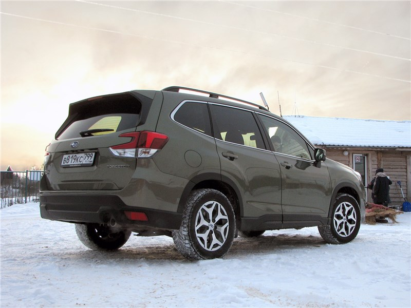 Subaru Forester 2019 вид сзади сбоку