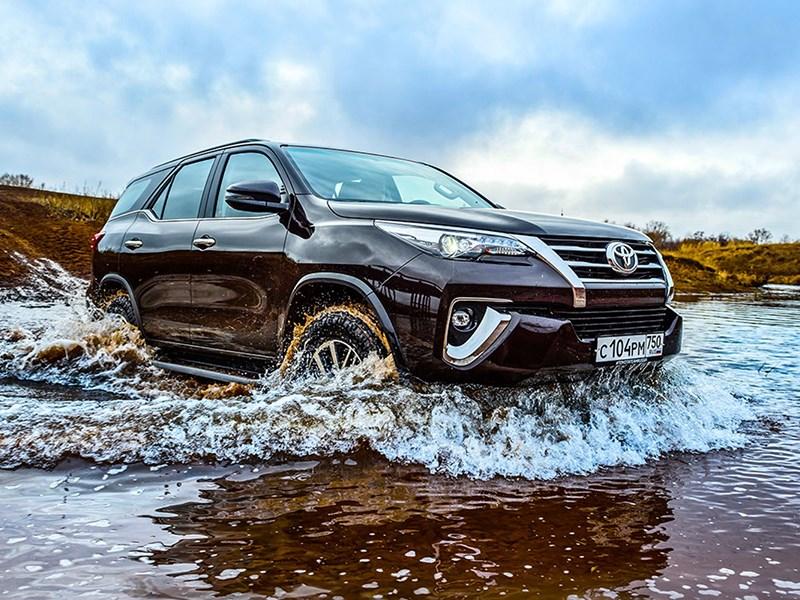Toyota привезла в Россию бензиновый Fortuner