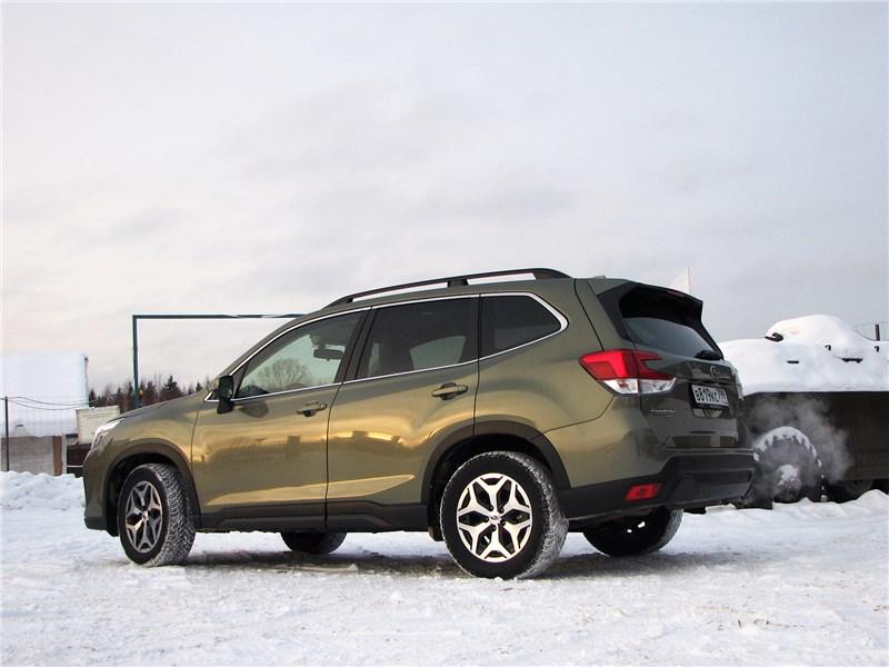 Subaru Forester 2019 вид сбоку сзади
