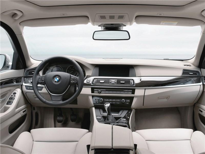 BMW 5-Series 2011 салон
