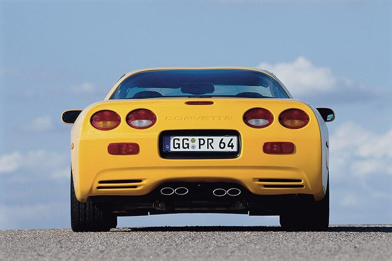 Chevrolet Corvette 2001 в кузове тарга вид сзади