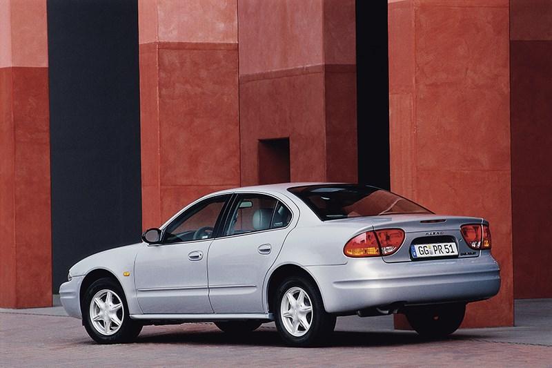 Chevrolet Alero 1999 вид слева сзади фото 1