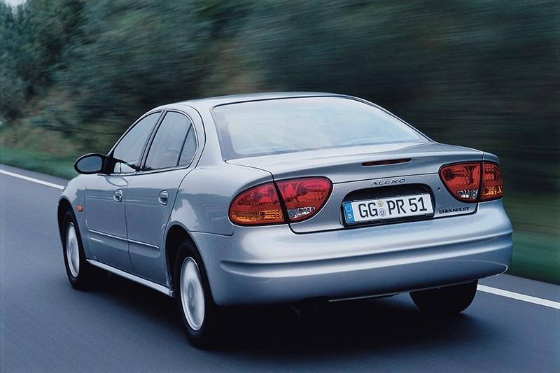 Chevrolet Alero 1999 фото в движении