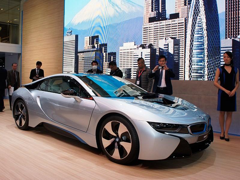 BMW i8 concept 2013 вид спереди 3/4