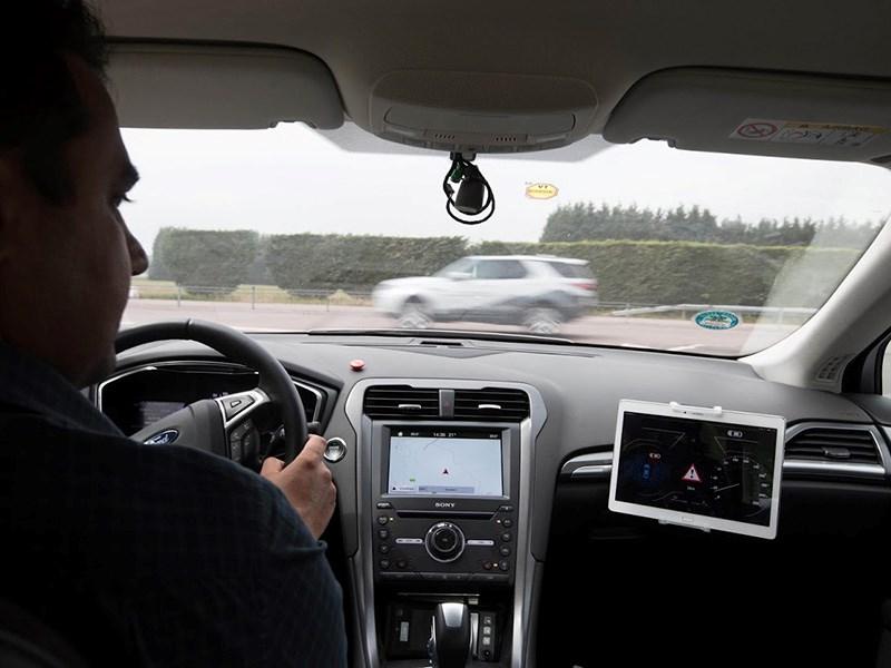 Автомобили Ford научат водителей пропускать «мигалки»