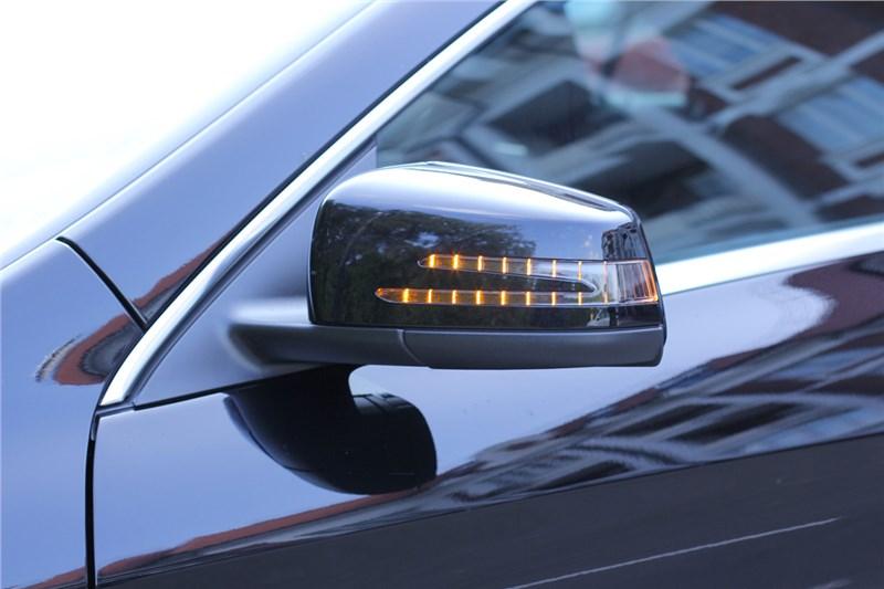 хорошо проработан свет даже в поворотниках - форма необычная