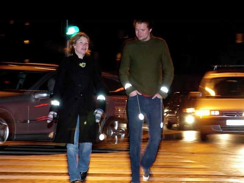 Пешеходов заставят носить светоотражающие стикеры