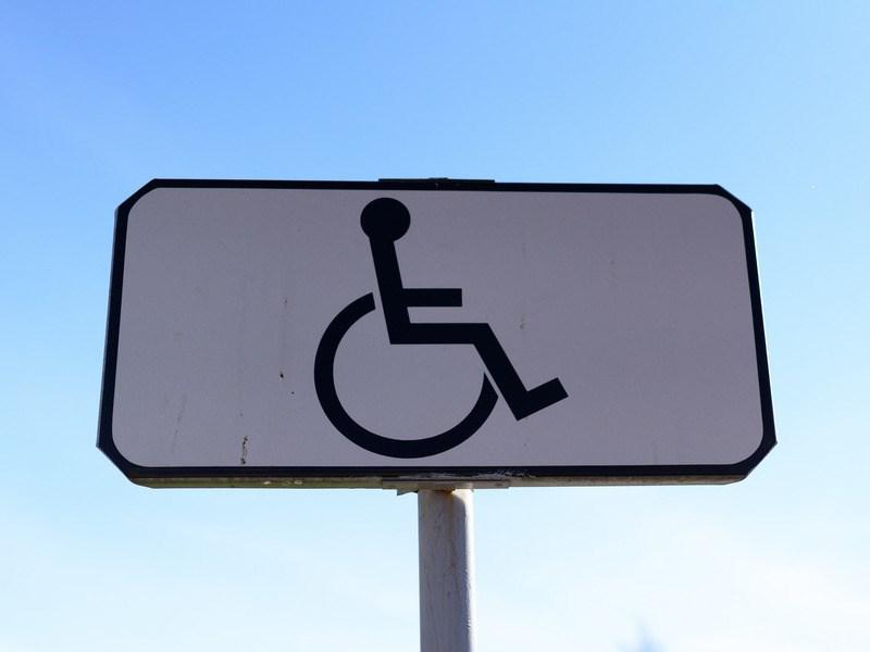 В России могут разрешить инвалидам-водителям использовать выделенные полосы