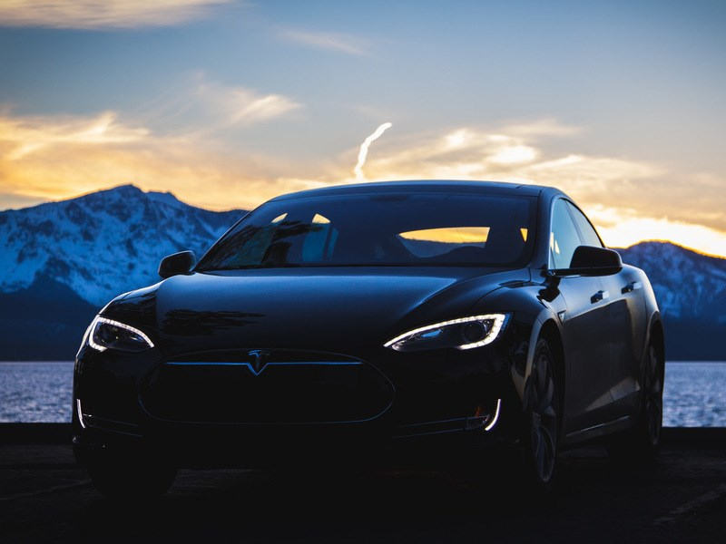 За рулем Tesla Model S с включенным «автопилотом» впервые погиб человек