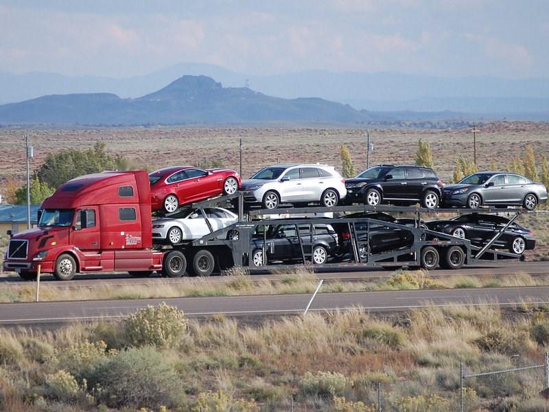Объем импорта легковых автомобилей в РФ сократился почти на четверть